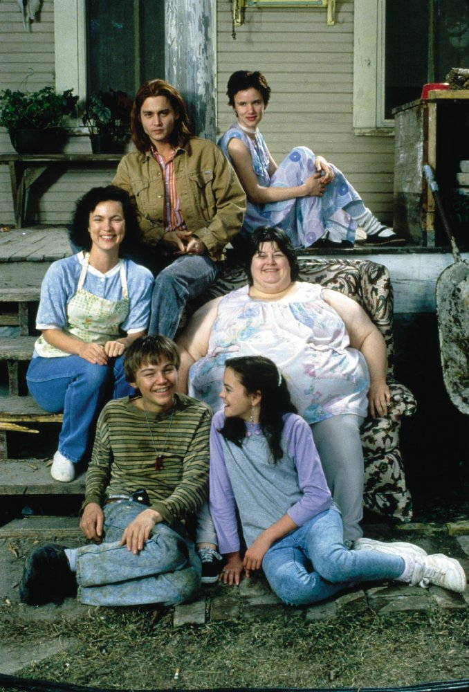 Johnny Depp, Leonardo DiCaprio, Juliette Lewis, Darlene Cates, Laura Harrington en Mary Kate Schellhardt in What's eating Gilbert Grape @ 1993 Paramount Pictures