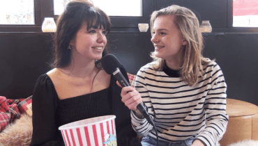 Abbey Hoes en Romy Gevers in <i>Poppin' Questions</i> #video